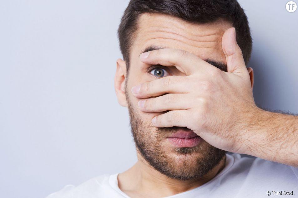 La barbe, les yeux bleux, le regard mystérieux... Oui mais non.