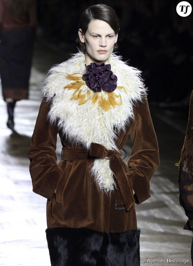 Saskia de Brauw défile pour la collection Automne-Hiver 2015-2016 Dries Van Noten lors de la fashion week à Paris, le 4 mars 2015.