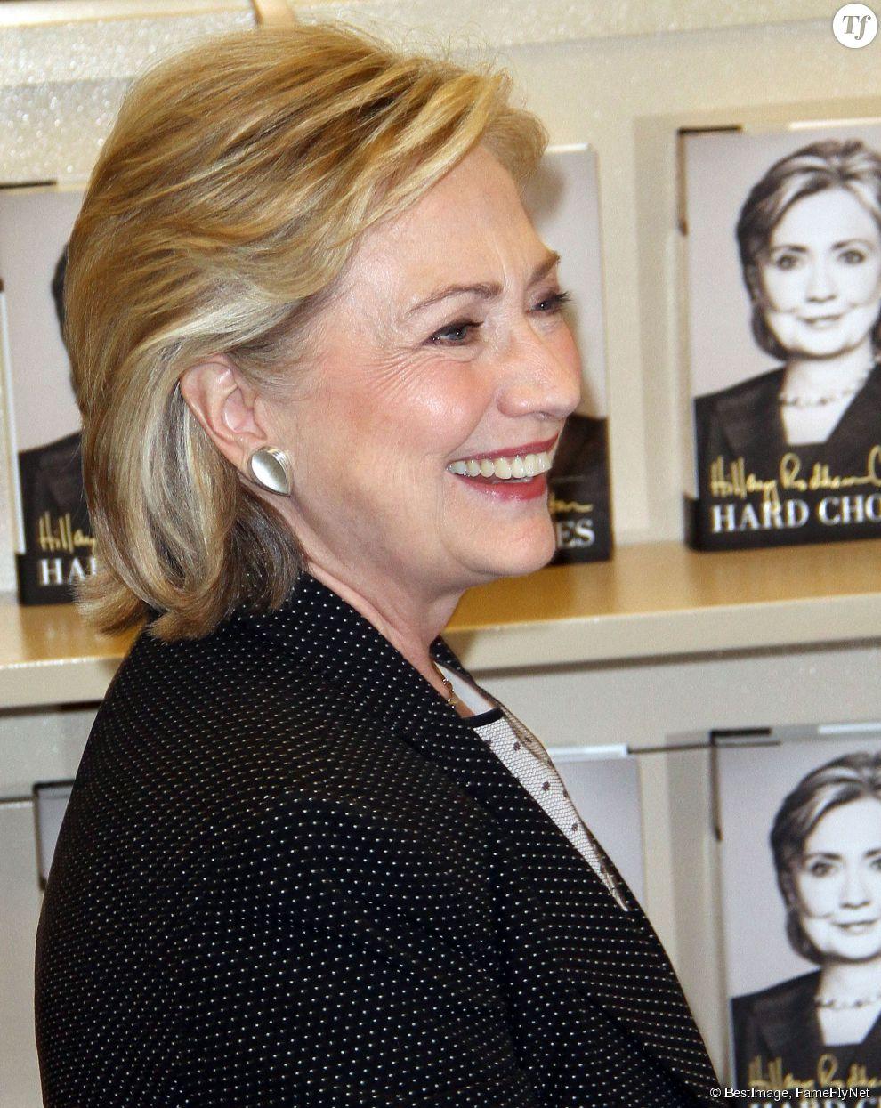 """Hillary Clinton dédicace son livre """"Hard Choices"""" à Los Angeles le 19 juin 2014."""