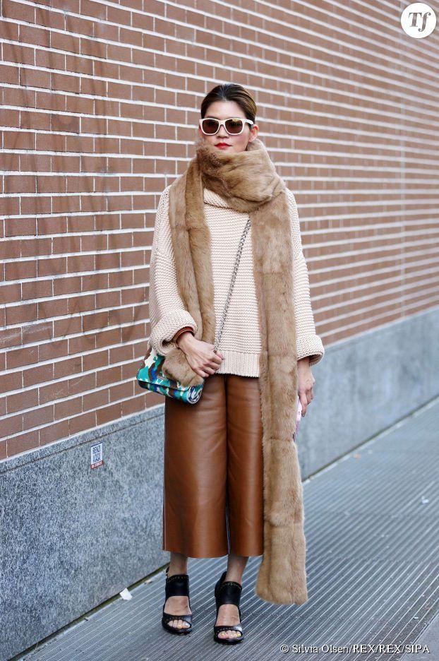 Jupe-culotte en cuir fauve.