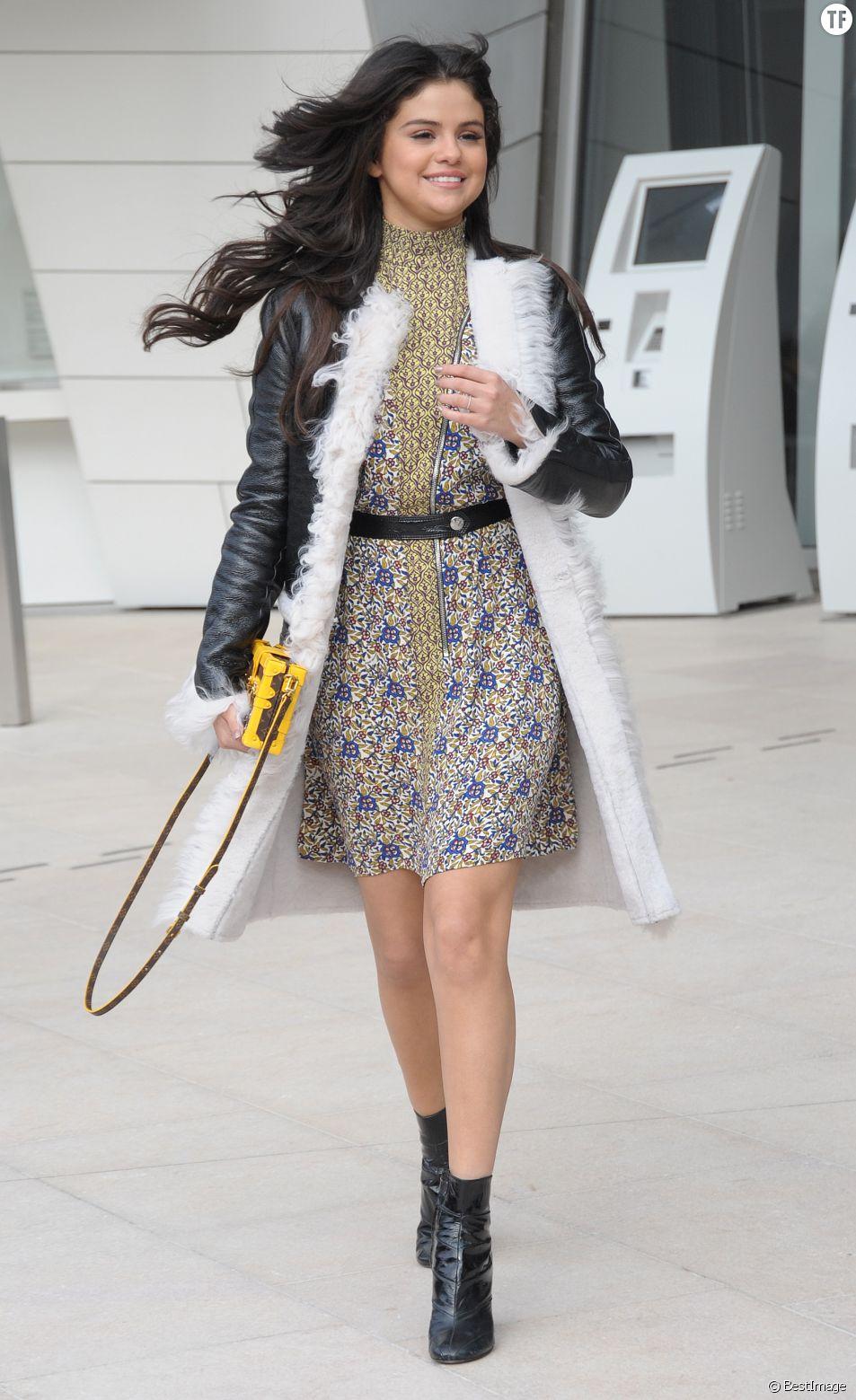 """Selena Gomez - Sorties du défilé de mode """"Louis Vuitton"""", collection prêt-à-porter automne-hiver 2015/2016 à la fondation Louis Vuitton à Paris. Le 11 mars 2015"""