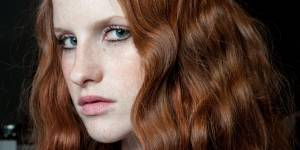 Cheveux wavy : 3 tutos sans chaleur pour des ondulations naturelles