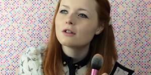 Cette Youtubeuse aveugle aide les non-voyants à se maquiller