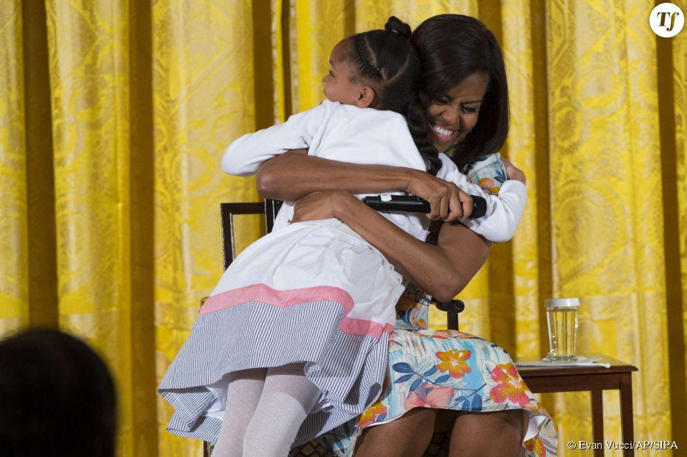 Michelle Obama serre une petite fille dans ses bras lors d'une rencontre avec les enfants des employés de la Maison-Blanche.