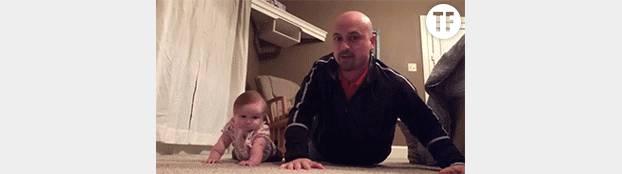 Ce bébé réussit-il réellement mieux les pompes que son père ?