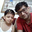 Des parents postent des selfies avec leur fille en Inde.