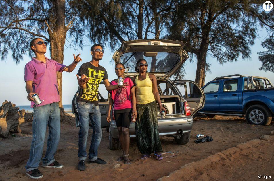 Des jeunes gens sur la plage de Maputo au Mozambique en 2014.