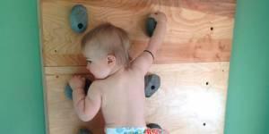 Cet incroyable bébé a appris l'escalade avant de savoir marcher