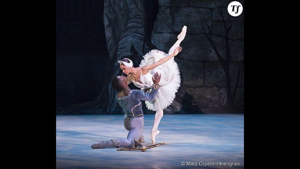 Ici, la ballerine sur scène pour Le lac des Cygnes