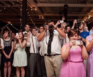 """Le """"mariage déconnecté"""" : ces couples qui confisquent les smartphones de leurs invités"""