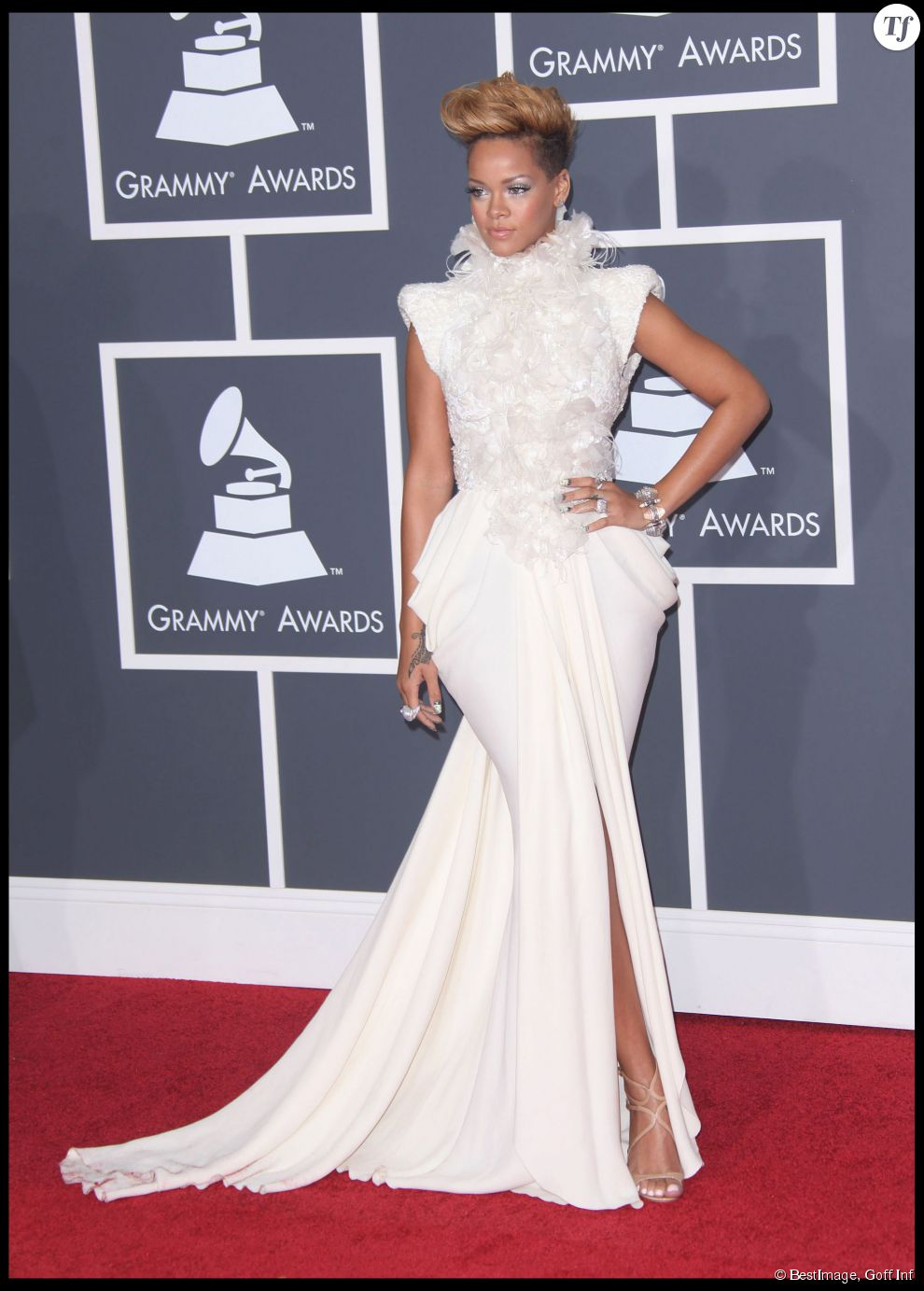 2010 au grammy awards rihanna reste chic dans une robe. Black Bedroom Furniture Sets. Home Design Ideas