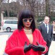 """Février 2014 : Pour le défilé Dior, Rihanna avait opté pour une fourrure rouge. Ce n'est pas tant la tenue qui est provoc que... son odeur ! D'après un tweet du célèbre journaliste Loic Prigent, quelqu'un dans l'assistance aurait déclaré : """"J'étais à côté de Rihanna chez Dior, sa fourrure était imprégnée de l'odeur de weed. J'étais high à la fin du défilé."""""""