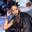 Mai 2014 : On ne compte plus le nombre d'expérimentations capillaires de Rihanna mais celle là restera comme la plus mythique. Pleins de petits kikis associés à un rouge à lèvre bleu : une chose est sur, elle n'a pas froid aux yeux !