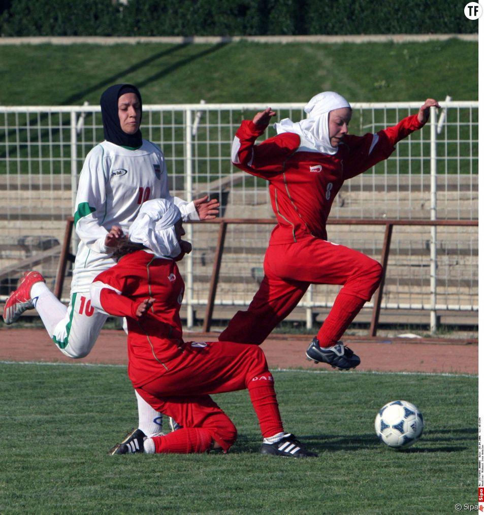 Capitaine de l'équipe de football féminine d'Iran, Niloufar Ardalan (en blanc) ne pourra pas participer au Championnat d'Asie de l'Ouest. Son mari ne veut pas qu'elle quitte le pays...