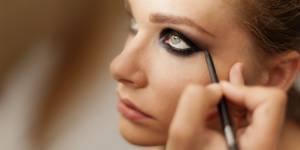 Comment faire un maquillage charbonneux des yeux ? (Tuto vidéo)
