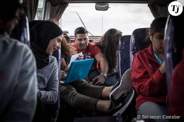 Les jeunes footballeuses partent pour un match de championnat sur fond de musiques et de rires