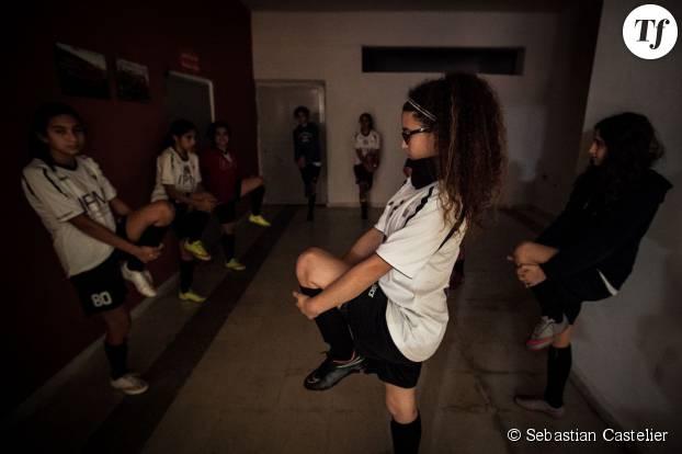Les premiers échauffements se déroulent dans un couloir du stade Al Salam