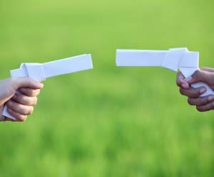 Quand les enfants troquent leurs armes en plastique contre des jouets