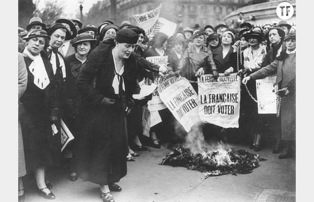 Louise Weiss parmi des suffragettes en mai 1935.