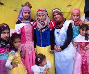 Transformées en princesses, ces petites réfugiées partagent leurs rêves