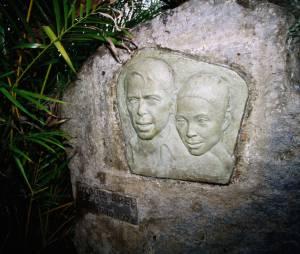 Sur la tombe de Jacques Brel : le visage du chanteur et de sa maîtresse Maddly Bamy. .