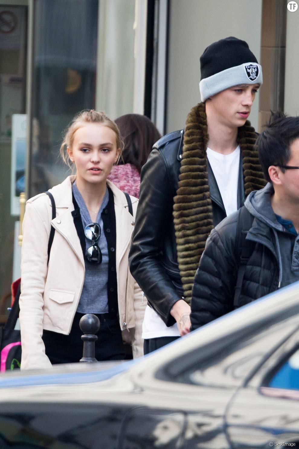 Lily-Rose Depp et son compagnon Ash Stymest à Paris le 22 mars