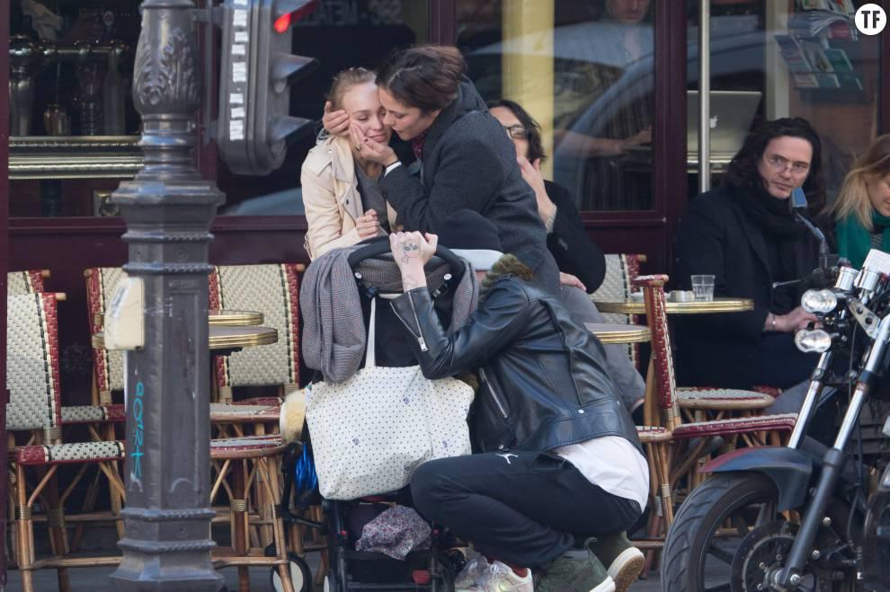 Lily-Rose Depp et son compagnon Ash Stymest à Paris avec Alysson Paradis et son bébé le 22 mars