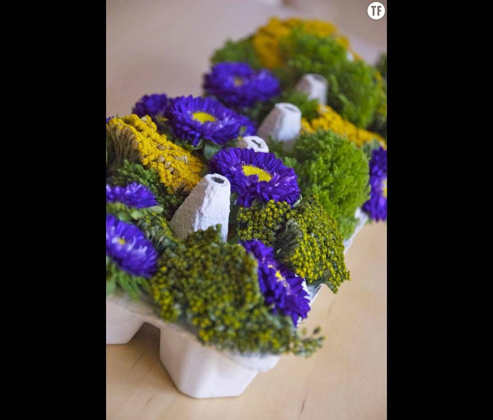 Des petites jardinières dans une boîte d'oeuf pour la table de Pâques
