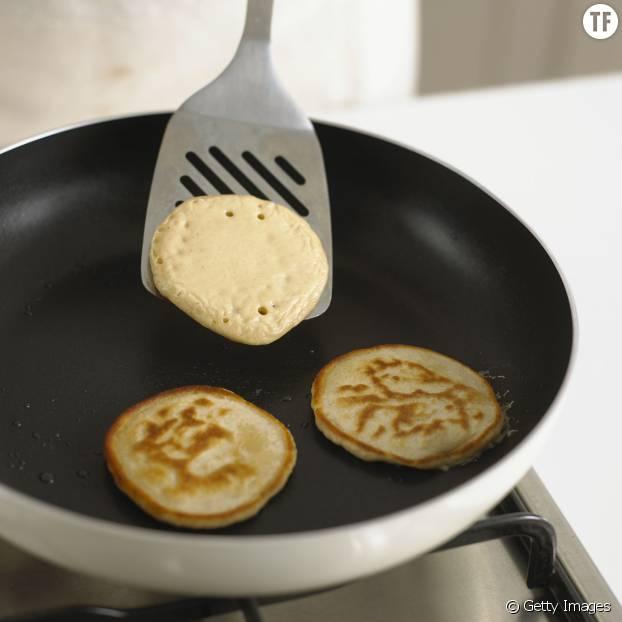 Faites cuire vos pancakes à la poêle 4min, et c'est prêt!
