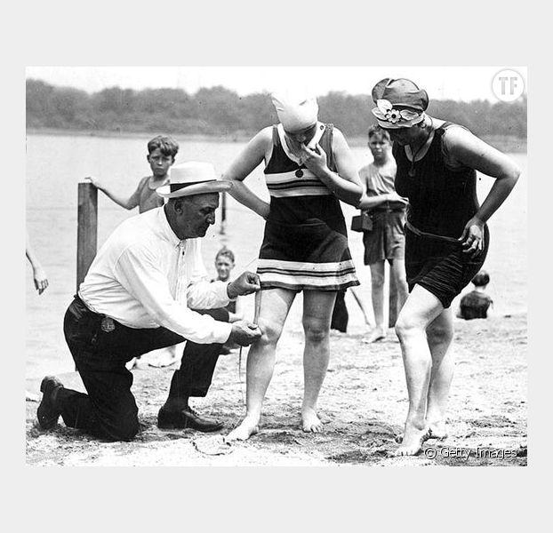 Des policiers vérifient que les femmes ne sont pas trop découvertes en 1921