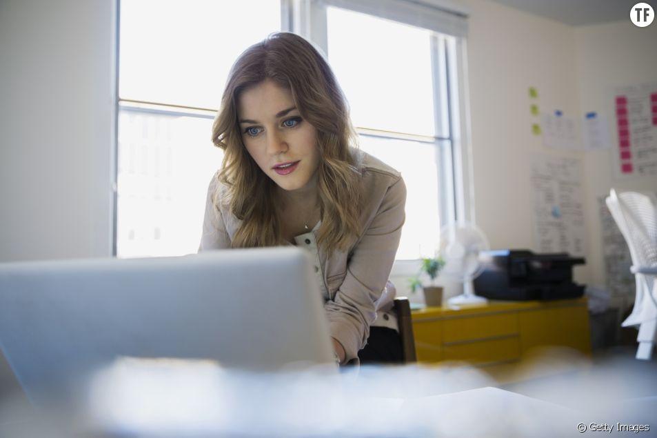 Femme regardant les offres d'emploi