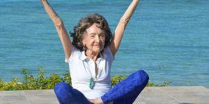 Les 3 secrets du bonheur selon la plus vieille prof de yoga du monde