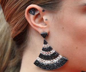 Le tatouage d'oreille de Cara Delevingne