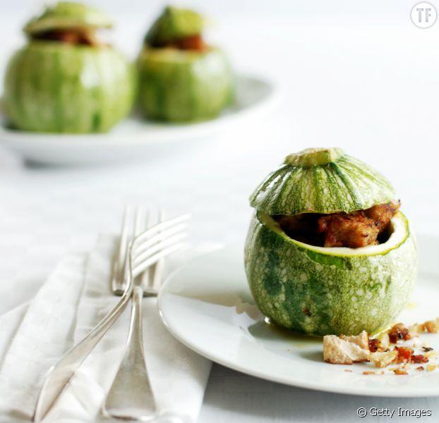 La recette des courgettes farcies l 39 oeuf poivron et chorizo - Comment cuisiner les courgettes rondes ...