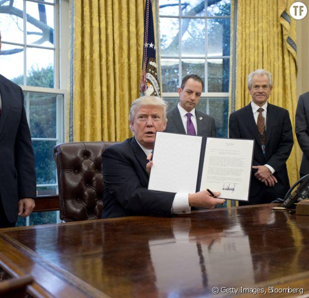 Libre-échange: Trump signe l'acte de retrait des Etats-Unis du TPP