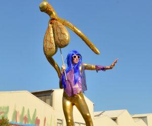 """Le """"Glitoris"""" : une artiste crée un clitoris géant et pailleté et nous enchante"""