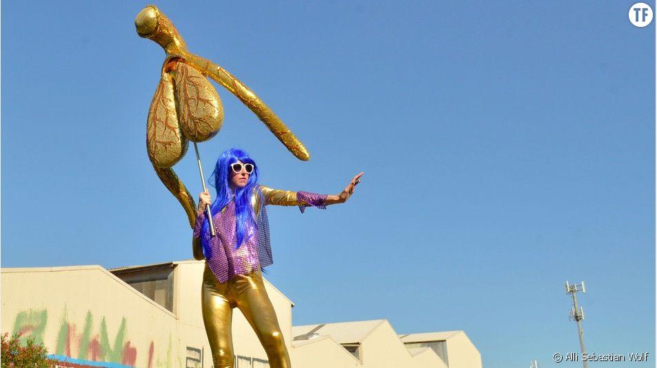 """""""Le Glitoris"""" : une sculpture XXL du clitoris fait le buzz"""