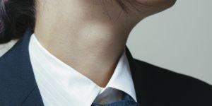 Devrait-on s'habiller comme les hommes pour aller travailler ?