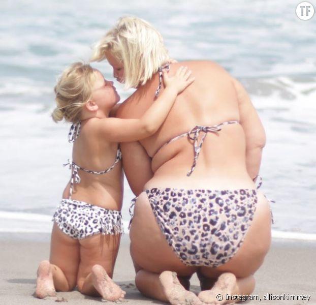 Allison Kimmey posant avec sa fille à la plage