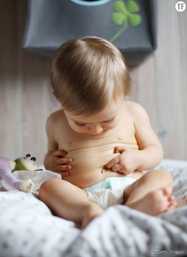 Enfant se regardant le nombril