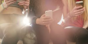 Pourquoi les ados téléphonent de moins en moins