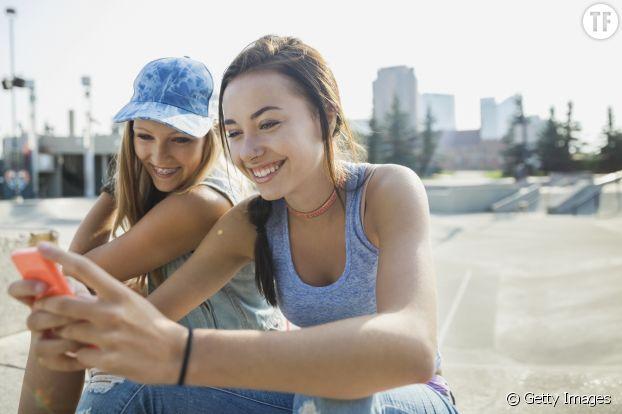 Adolescentes s'envoyant des SMS