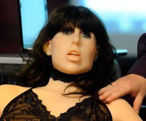 Accusée d'avoir programmé un robot sexuel pour être violé, la société répond