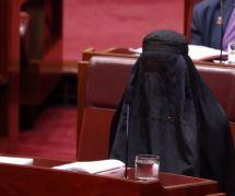 Australie : une sénatrice fait scandale en arrivant dans l'hémicycle vêtue d'une burqa