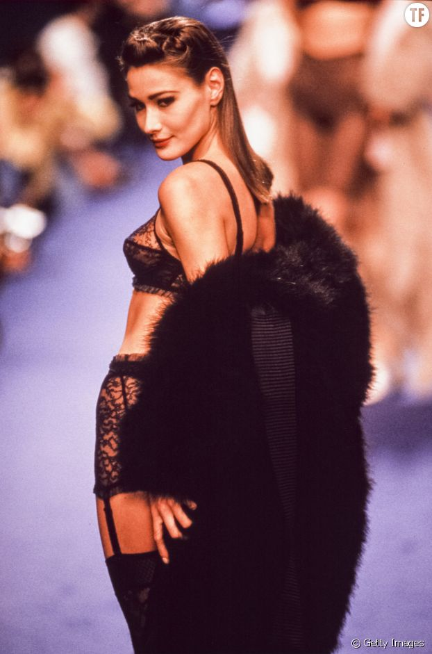 Carla Bruni défile pour Chantal Thomass à la Fashion Week de Paris en 1990 à Paris