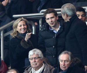 Claire Chazal avec son fils François Poivre d'Arvor lors du match PSG-Chelsea au Parc des Princes, le 17 février 2015.