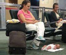 Sa photo de son bébé sur le sol d'un aéroport scandalise : cette maman s'explique