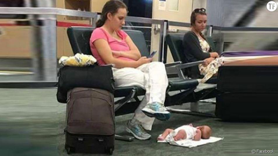 La photo de cette maman et de son bébé dans un aéroport crée la polémique