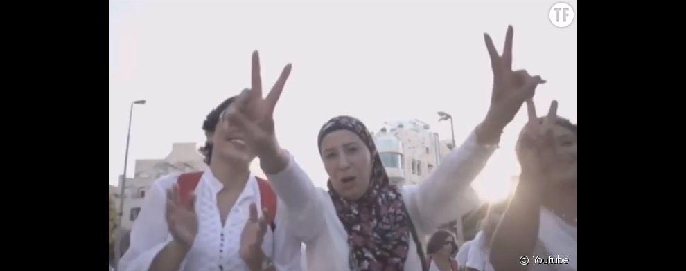 """Des milliers de Palestiniennes et d'Israéliennes marchent ensemble pour réclamer """"un accord de paix""""."""