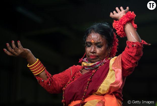 L'une des survivantes dansant pendant le défilé.